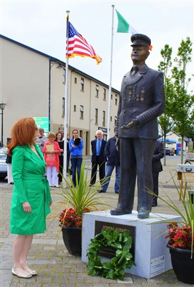 Photo:2.	Laying a wreath at the statue of John King in Cornmarket and formally launch the town's first heritage walk.
