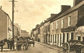Photo:Glebe Street, Ballinrobe with the horses and carts lined up during Market Day